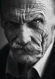 Portrait photography is a great means to draw more attention. It is one of popular subject that all people are interested in. Old Man Portrait, Foto Portrait, Portrait Images, Face Reference, Photo Reference, Drawing Reference, Black And White Portraits, Black And White Photography, Foto Face