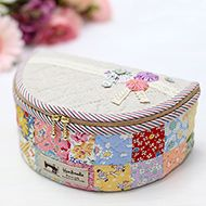 Lovely little sewing bag Sewing Box, Love Sewing, Bag Patterns To Sew, Sewing Patterns, Bag Packaging, Craft Bags, Fabric Bags, Quilted Bag, Small Quilts