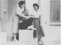 5. Ο Νίκος Καζαντζάκης με τη σύζυγό του Ελένη και την Yvette Renoux (κόρη του Jean Herbert), γραμματέα