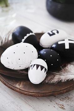 Hieman erilaiset DIY-pääsiäismunat käyvät koristeeksi niin ruokapöydälle kuin olohuoneen pöydälle tai hyllyllekin.