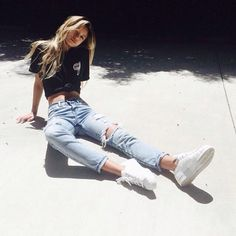 Awesome style inspiration: a knotted shirt, ripped jeans & white sneakers ♥
