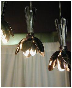 Ingeniosa forma de usar cucharas para crear una lámpara | Muy Ingenioso
