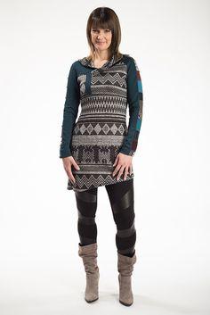 Tunique Ardoise vert prusse. Elle vous donnera une allure sportive, chic et décontractée. Vous l'adopterez certainement pour votre après-ski, mais il s'agit surtout d'un item tout-aller que vous adorerez.