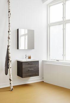 Vore Neo 61 med spegelskåp. Underskåp med tvättställ och spegelskåp Färdigmonterat underskåp med mjukstängande lådor och iläggsmattor inklusive tvättställ i porslin. Färdigmonterat spegelskåp med mjukstängande spegeldörrar och två glashyllor. Stomme och fronter i samma färg. Finns i vitlack, mörk ekmelamin och vitlackad ramlucka.