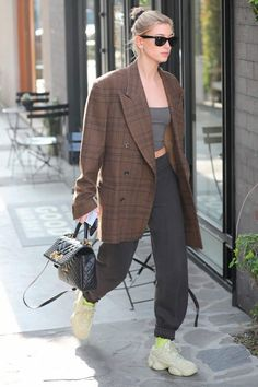 Hailey Baldwin bundles up in oversized coat and sweatpants in LA Chill: The model donned the checked outerwear over a strapless grey top and added to the look with a pair of Adidas Yeezy 500 sneakers in the super moon colorway Style Fashion Week, Look Fashion, Autumn Fashion, Fashion Outfits, Fashion Trends, Blazer Fashion, Estilo Hailey Baldwin, Hailey Baldwin Style, Look Blazer