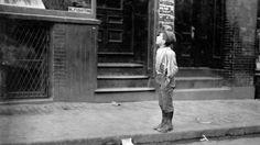 ¡Fuego! ¡Fuego! ¡Prendo fuego! Un niño italiano en Salem Street ofrece prender el fuego a los vecinos judíos en su día de reposo, Boston, Massachusetts. Sábado de octubre de 1909