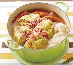 【キャベツ丸ごとスープ】材料を入れてフタをし、火にかけるだけ。じっくり煮込んだキャベツに  ベーコンの旨味が染みこんだ、パーティーにも喜ばれる見た目も豪快な一品です。  http://lecreuset.jp/community/recipe/cabbage-soup/