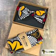 go for the Dandy bowtie! Lined suit pouch: 25 cm x 25 cm Materials used: ankara (wax) print fabric Size of the bow tie: 12 cm x 6 cm Entirely hand-made. African Print Fashion, African Fashion Dresses, Tribal Trends, African Traditional Wedding, Painted Sneakers, African Accessories, Afro, African Wear, African Fabric