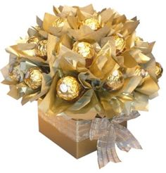 sweets Candy Bouquet Diy, Cookie Bouquet, Diy Bouquet, Rocher Chocolate, Chocolate Gifts, Ferrero Rocher, Indian Wedding Gifts, Candy Arrangements, Edible Bouquets