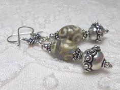 Boucles oreilles en argent perles artisanales, café crème, ethnique chic : Boucles d'oreille par bijouxdart