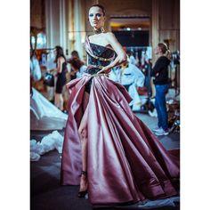 Dans les coulisses du défilé Atelier Versace haute couture automne-hiver 2014-2015 http://www.vogue.fr/mode/inspirations/diaporama/backstage-du-defile-atelier-versace-haute-couture-automne-hiver-2014-2015/19460/image/1028740#!3