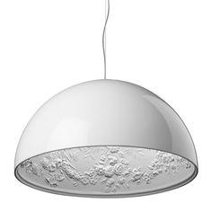 De Skygarden is geschikt voor alle ruimtes in huis. De lamp is gemaakt van gelakt staal in combinatie met gips. Hij is geschikt voor een E27 lamp van maximaal 105 watt en heeft een snoer van 400 cm.   Afmeting: 90 x 45 cm (øxh)