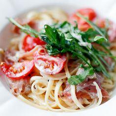 Linguine z szynką parmeńską, rukolą i pomidorkami