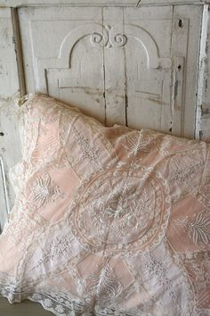 What if winter is not a place outside? Shabby Chic Cottage, Shabby Chic Style, Shabby Chic Decor, Shabby Vintage, Vintage Decor, Fru Fru, Linens And Lace, Romantic Homes, Bed Pillows