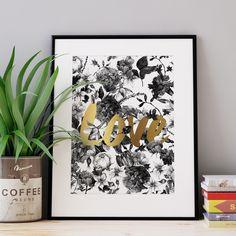 O floral preto e branco combinado com a escrita em dourado tráz simplicidade e elegância para este que é uma releitura de nosso pôster Love Colors.