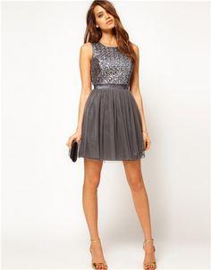 Vestido de coctail color gris.