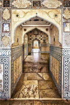 Akbar ·El Fuerte Amber Fue construido en 1592 por un comandante de Akbar, Man Singh, para defenderse de los ataques de los clanes rajputs de Rajastán.