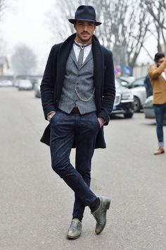 tenue-soirée-homme-pantalon-noir-imprimé-gilet-gris-veste-noire-chapeau