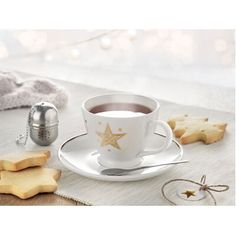 Set ceai cu infuzor si ceasca. Setul #promotional pentru ceai include #cana #ceramica decorata cu stele aurii, lingurita si infuzor ceai. Dimensiuni: 16 x 16 x 8,5cm. Setul vine ambalat in cutie carton cu fereastra din PVC si funda cu eticheta si poate fi #inscriptionat cu #logo-ul dvs. pentru a crea momente placute si a oferi bucurii clientilor sau angajatilor in campaniile de #promovare in acest sezon