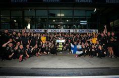 f1 El equipo Lotus celebrando la victoria de Kimi Raikkonen en el Gran Premio de Australia 2013-Foto con autorización de Lotus F1 Team.