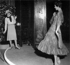 Coco Chanel Shows Newly-Designed Dress 1957 Chanel Fashion, Fashion Brand, Chanel Style, Chanel Art, Women's Fashion, 1950s Fashion, Fashion History, Timeless Fashion, Marca Chanel