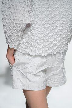 39 Ideas For Origami Fashion Fabric Manipulation Runway fashion details 39 Ideas For Origami Fashion Fabric Manipulation Runway Fashion Week Paris, Runway Fashion, Fashion Art, Fashion Trends, Fashion Weeks, Fashion Spring, London Fashion, Trendy Fashion, Issey Miyake