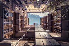 Zsolt Hlinka convierte las casas centenarias de Budapest en túneles hacia el cielo