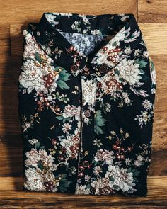 A great slim fitting vintage style linen floral shirt with wood buttons. Great if you're looking for that 70s vibe. Measurements: Small Pit to Pit: 19   Pit to Hem: 14.5   Shoulder to Wrist: 24.5   Sh