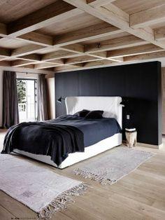 geräumiges #Schlafzimmer mit #schwarzer #Wand und Holzelementen