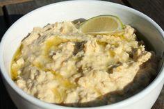 A humusz az arab és közel-keleti konyha egyik legkedveltebb étele. A humusz receptje bámulatosan egyszerű, szó szerint pár perc alatt könnyen elkészíthető. Vegan Vegetarian, Vegetarian Recipes, Wok, Spreads, Pesto, Mashed Potatoes, Oatmeal, Curry, Breakfast