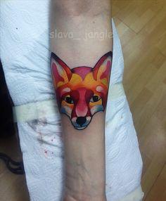 яркая татуировка лисы на руке fox