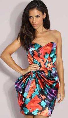 Это цветное платье-корсаж просто создано для того, чтобы покорять сердца: пестрый набивной рисунок, шелковый атлас и драпированная деталь по переду платья