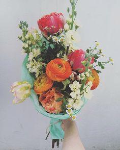 Аragrant spring bouquet of buttercups , peony-tulips and wallflowers.  Ароматный весенний букет из ранункулюсов, пионовидных тюльпанов и левкоя.
