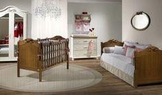 Decoração de quarto de bebê mel, branco e madeira para menina. O toque feminino foi reforçado pelo berço e cama de babá de madeira trabalhada linda e romântica.