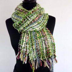 17eddb936f75 Châle Echarpe en en brin de laine mélangée tissée vert blanc et rouge ,  doux et chaud de la boutique AkkaCreation sur Etsy