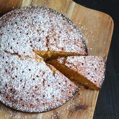 """Kein Kandidat für den """"schönsten Kuchen Deutschlands"""", aber definitiv super lecker zitronig mit einem Hauch von Lavendel."""