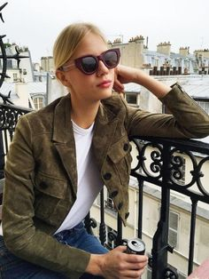 French girl style tips for your wardrobe – this is the ulitmate guide to getting that effortless chic look French girls do so well. Looks Style, Style Me, Jeans Et T-shirt, Inspiration Mode, Street Style, Casual Chic, Style Guides, Winter Fashion, Fashion Outfits