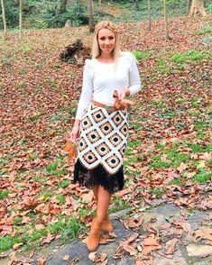 🍁Ne güzel bir gündü bugün. 🍁İstanbul güzeldi, 🍁hava güzeldi 🍁 eteğim güzeldi🙈😍 . . 🍁çok severek ... Crochet Skirts, Crochet Clothes, Winter Rock, Crochet Winter, Winter Skirt, Crochet Cardigan, Crochet Granny, African Fashion, Midi Skirt