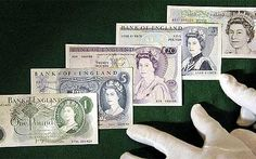 Only in 1960, the Bank England issued a new note which was the first to have the Queen's image. Five different portraits of the Queen have been used on banknotes since: (above, l. to r.) Robert Austin (1960), Reynolds Stone (1963), Harry Ecclestone (1970 and 1971) and Roger Withington (1990).