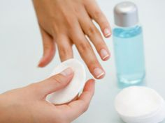 Sposób na białe paznokcie? Użyj 1 łyżki wody utlenionej i 1/4 łyżki sody oczyszczonej. Powstałą pastę nakładamy na paznokciach 5 minut!
