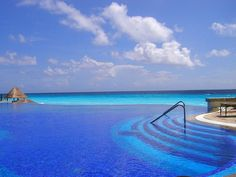Infinity pool at the JW Marriott (Cancun)