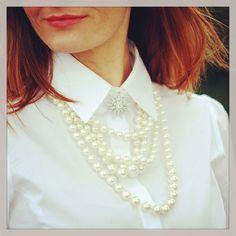 Bildergalerien von Bloggerin - Frauen in hochgeschlossenen Blusen