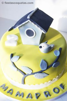 tarta de fondant amarilla con casita de pájaro