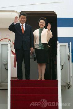 韓国ソウル(Seoul)の空軍基地に着陸した中国の習近平(Xi Jinping)国家主席(左)と彭麗媛(Peng Liyuan)夫人(2014年7月3日撮影)。(c)AFP/Ed Jones ▼3Jul2014AFP|中国の習主席が韓国を公式訪問、北朝鮮を冷遇 http://www.afpbb.com/articles/-/3019579 #Xi_Jinping #Peng_Liyuan #彭丽媛 #Seoul