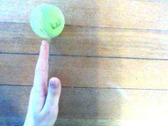 een i van een hand die een bal pakt