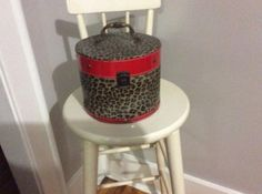 Leopard round closing box with latch