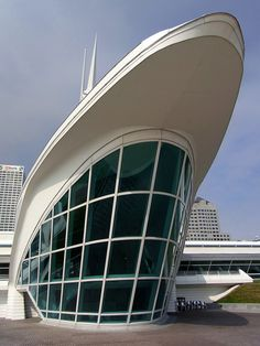 Art Museum by Calatrava - Milwaukee, Wisconsin, USA. The Milwaukee Art Museum (MAM) is an art museum located in Milwaukee, Wisconsin, USA with a collection of over 30,000 works of art. The museum receives over 350,000 visitors a year.