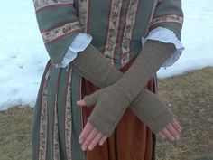 Ravelry: Project Gallery for Century Knitted Women's Mitts pattern by Mara Riley 1800s Clothing, 18th Century Clothing, 18th Century Fashion, Historical Clothing, Lady Stockings, 18th Century Dress, Old Dresses, Period Outfit, Knitted Gloves