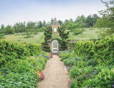 Rockckiffe A Glorious Cotswold Garden Magical Gardens Garden Falls, Hornbeam Hedge, Cottage Garden Borders, Amazing Gardens, Magical Gardens, Evergreen Hedge, Herbaceous Border, Sunken Garden, Over The Garden Wall