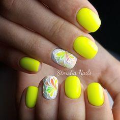 Желтый гель-лак на ногтях